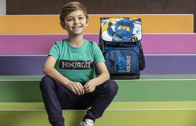момче с тениска lego ninjago и раница lego